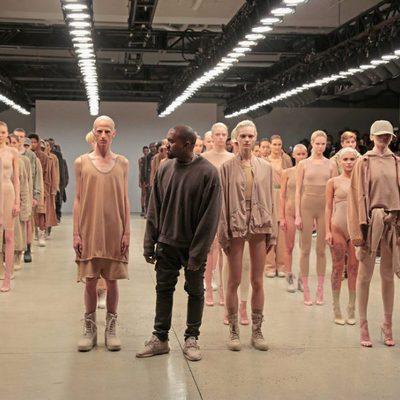 Kanye West junto a su colección una vez finalizado el desfile