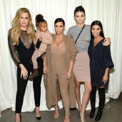 Kim, Khloe, Kourtney Kardashian junto a Kendall Jenner y North West en el desfile de Kanye West