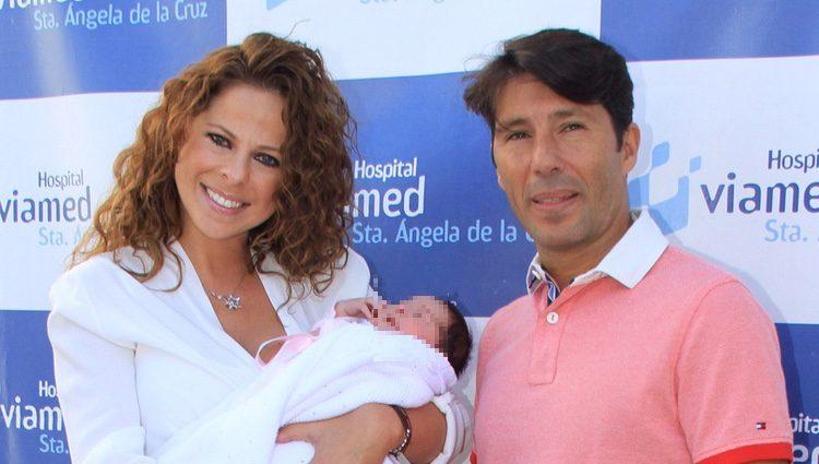 Pastora Soler y Francis Viñolo presentan a su hija Estrella