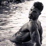 Eric Pedrosa con el torso desnudo en el agua