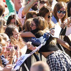 Blanca Suárez abraza a una fan en la presentación de 'Mi gran noche' en el Festival de San Sebastián 2015