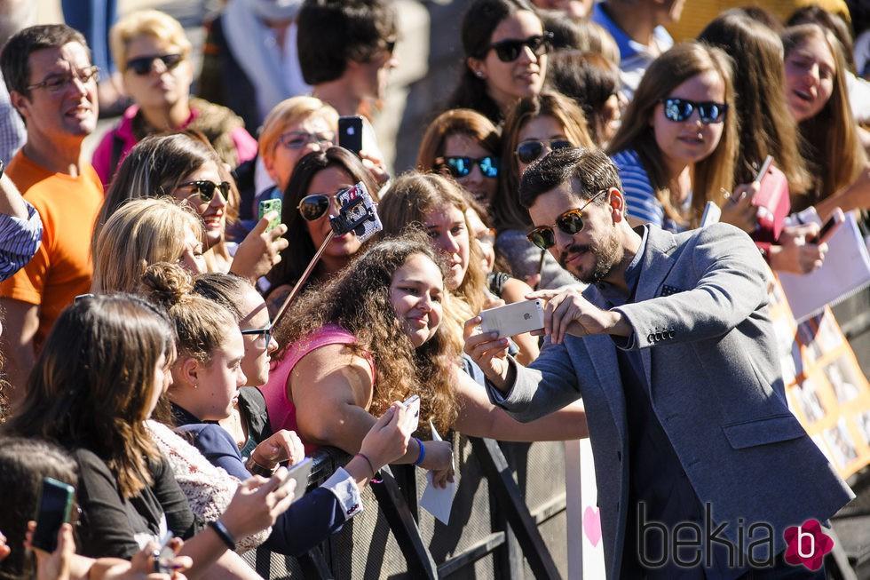 Mario Casas se hace fotos con las fans en la presentación de 'Mi gran noche' en el Festival de San Sebastián 2015