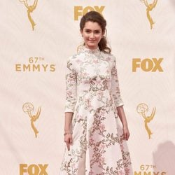 Emily Robinson en la alfombra roja de los premios Emmy 2015