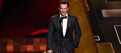 Jon Hamm recibe su premio en los Emmy 2015