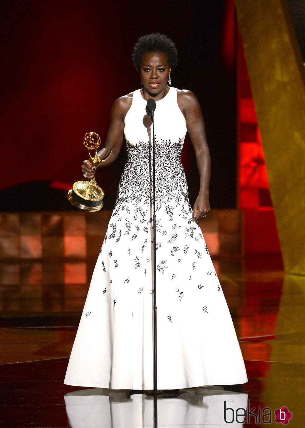 Viola Davis recibe su premio en los Emmy 2015