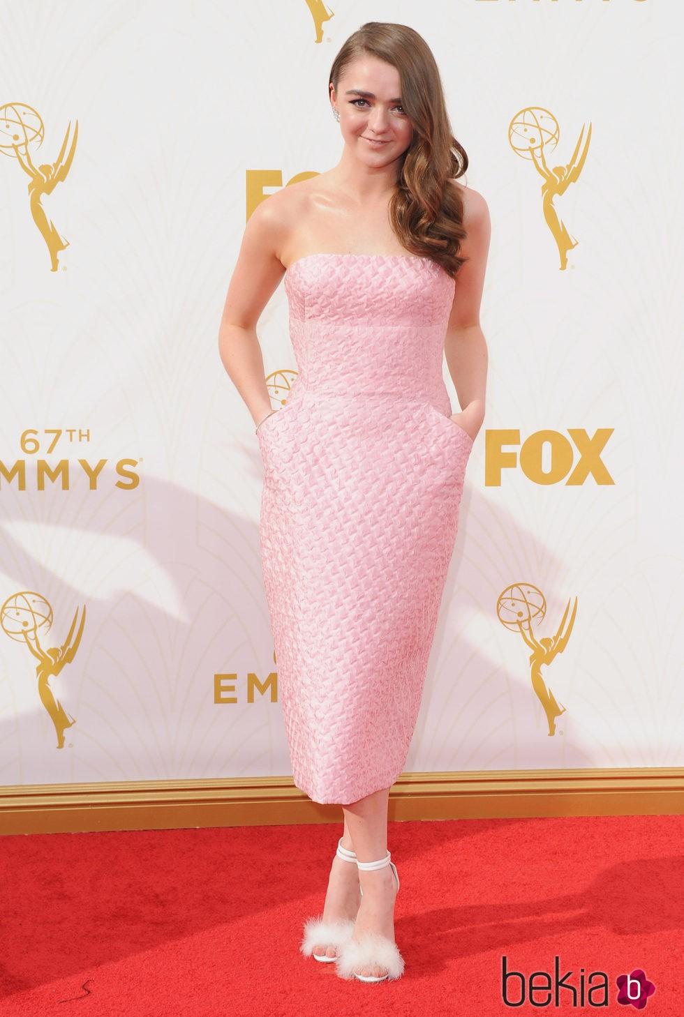 Maisie Williams en la alfombra roja de los premios Emmy 2015