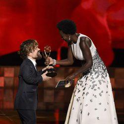 Viola Davis entrega a Peter Dinklage su Emmy 2015