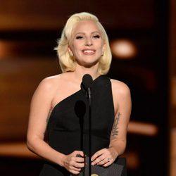 Lady Gaga entregando un premio en la gala de los Emmy 2015