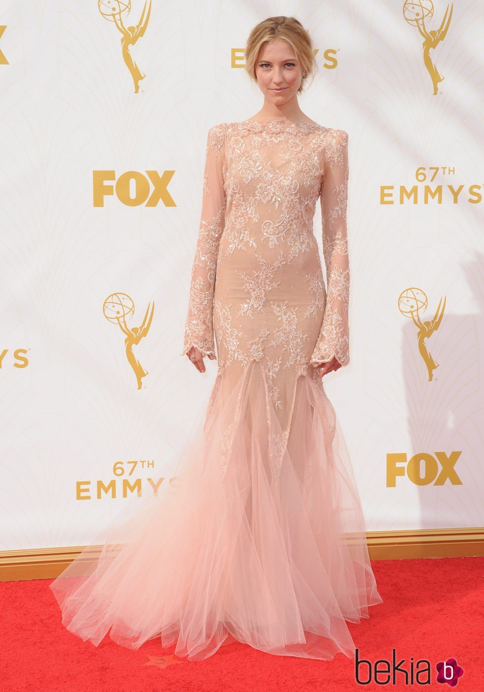 Caitlin Gerard en la alfombra roja de los Emmy 2015