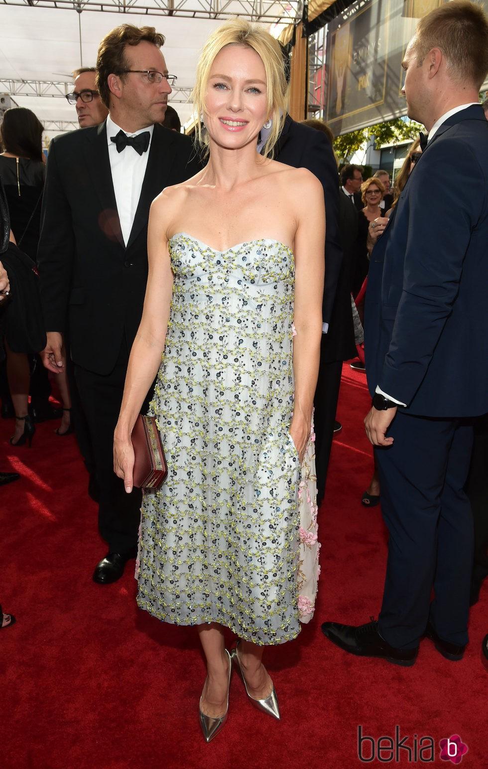 Naomi Watts en la alfombra roja de los Emmy 2015