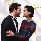 Peter Facinelli y Jamie Alexander en la alfombra roja de los Emmy 2015