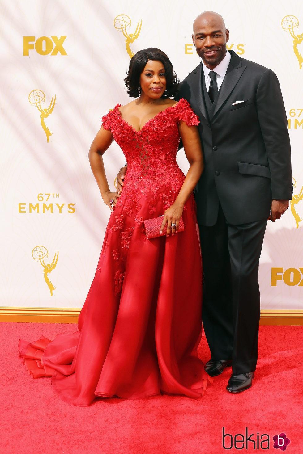Niecy Nash y Jay Tucker en la alfombra roja de los Emmy 2015