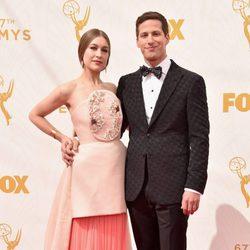 Joanna Newson y Andy Samberg en la alfombra roja de los Emmy 2015