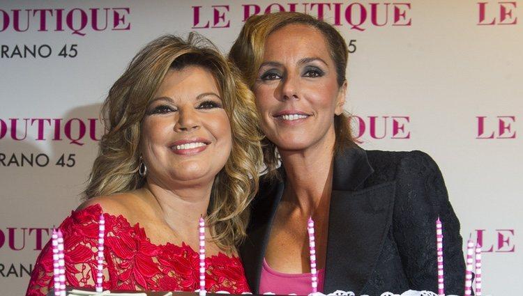 Terelu Campos con Rocío Carrasco en su 50 cumpleaños