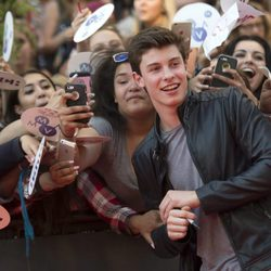 Shawn Mendes posando con sus fans en los Much Music Video Awards