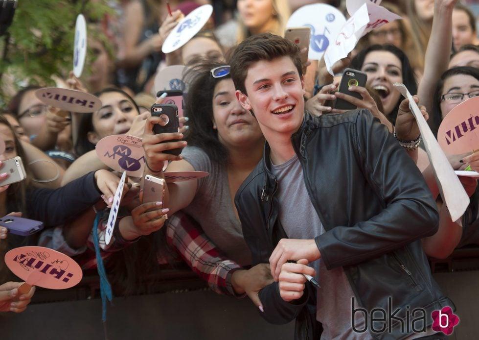 Shawn Mendes posando con sus fans en los Much Music Video Awards