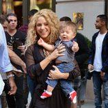 Sasha Piqué con mucho sueño en brazos de Shakira en Nueva York