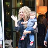 Shakira saluda con su hijo Sasha en brazos en Nueva York