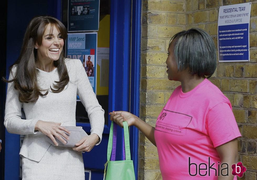 Kate Middleton recibe un regalo en una cárcel de mujeres