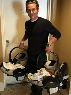 Kevin Zegers con sus hijas gemelas Zoe Madison y Blake Everleigh