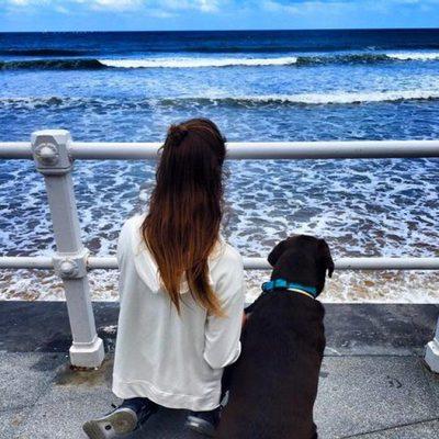 Lara Álvarez mira el Mar Cantábrico en Gijón con su perro Choco