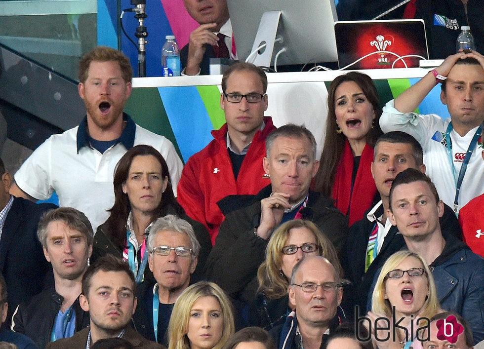 El Príncipe Harry y los Duques de Cambridge, boquiabiertos en el Mundial de Rugby 2015
