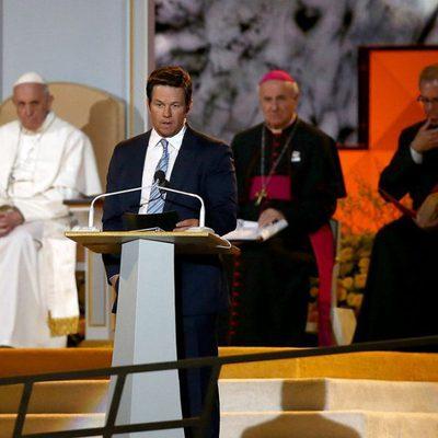 Mark Walhberg junto al Papa Francisco en el Encuentro Mundial de las Familias