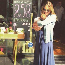 Patricia Montero con su hija Lis en brazos celebrando su primer mes de vida