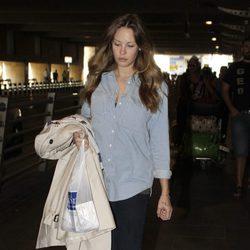 Jessica Bueno en el aeropuerto de Sevilla con ropa holgada para ocultar su embarazo