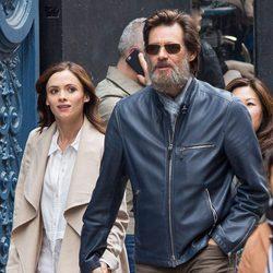 Jim Carrey y Cathriona White paseando cogidos de la mano por Nueva York