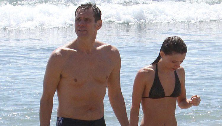 Jim Carrey y Cathriona White en las playas de Malibú de vacaciones
