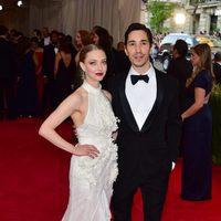 Amanda Seyfried y Justin Long en la alfombra roja de una gala benéfica