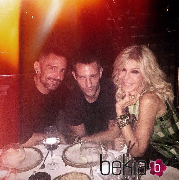 David Delfín y Pablo Sáez cenando con Bibiana Fernández