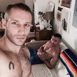 David Delfín y Pablo Sáez en la cama