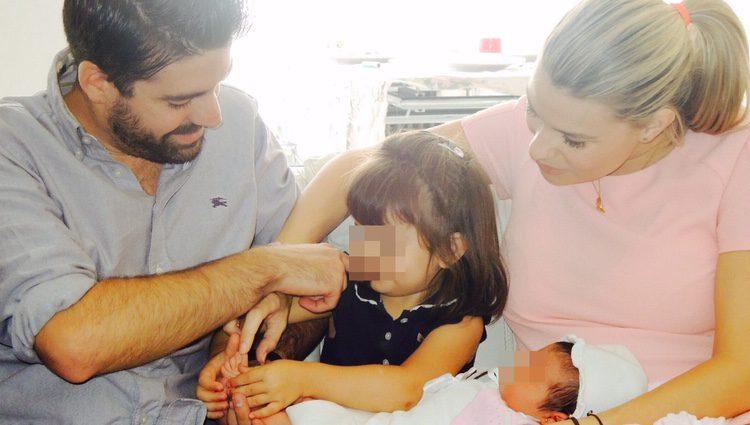 María Lapiedra y su marido Mark Hamilton con sus hijas Martina y Carlota