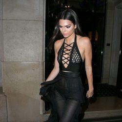 Kendall Jenner con un jumpsuit transparente de Balmain en París