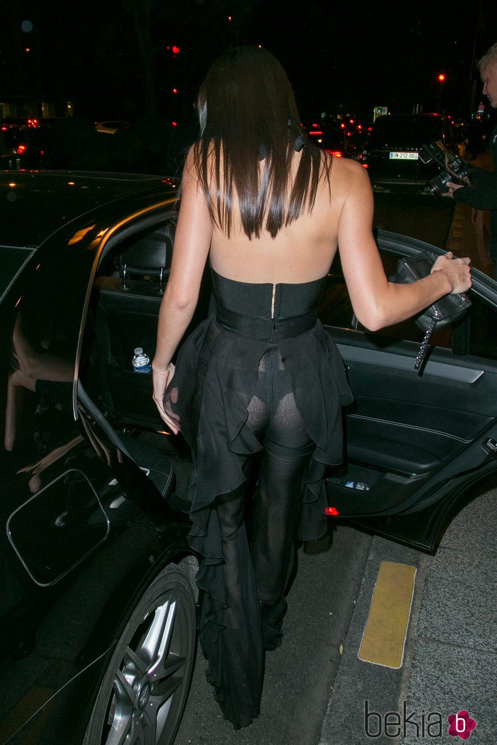 Parte trasera del jumpsuit de Balmain negro que ha lucido Kendall Jenner en París