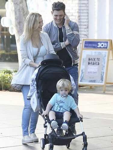 Michael Bublé junto a su mujer Luisana Lopilato y su hijo Noah de paseo