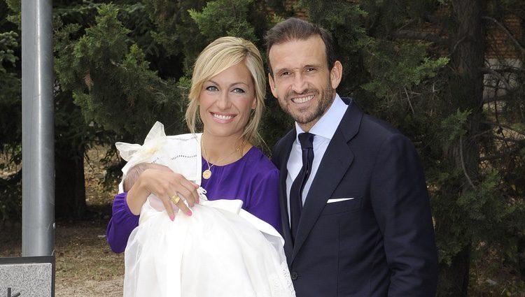 Luján Argüelles y Carlos Sánchez Arenas el día del bautizo de su hija Miranda