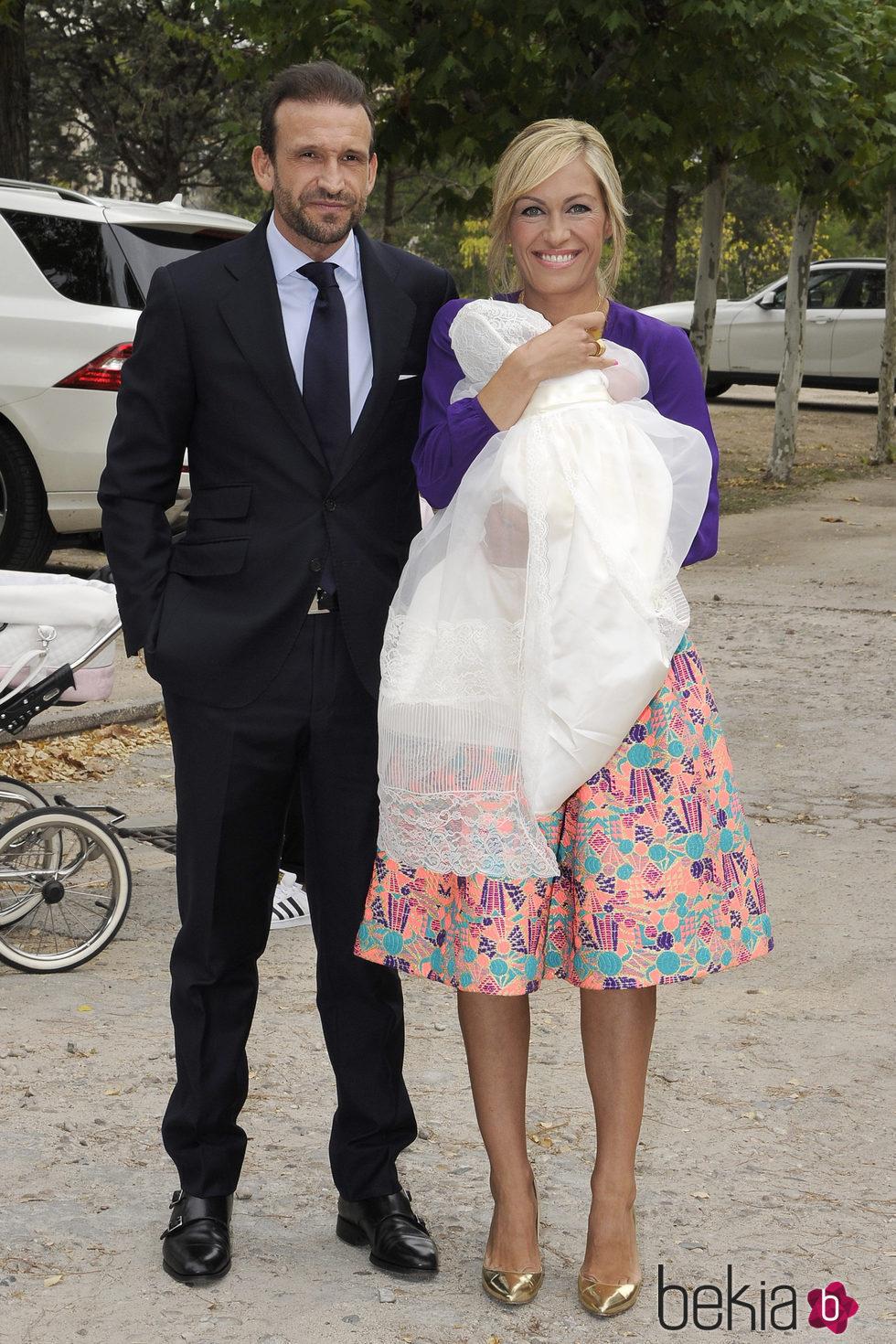 Luján Argüelles y Carlos Sánchez Arenas bautizan a su hija Miranda