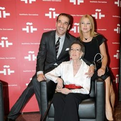 Luis Merlo y Amparo Larrañaga con Amparo Rivelles en su homenaje en el Cervantes