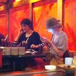 Taylor Swift y Selena Gomez miran sus móviles mientras cenan juntas