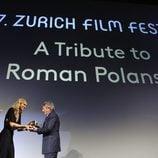 Nadja Schildknecht entrega un premio a Roman Polanski en el Festival de Zurich