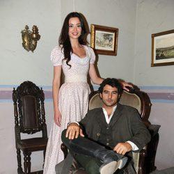 Antonio Velázquez y Dafne Fernández en la presentación de la segunda temporada de 'Tierra de lobos'