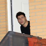 Fran Álvarez, muy sorprendido se asoma desde la puerta de casa