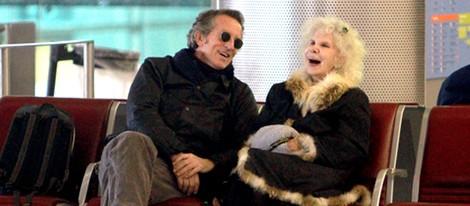 Cayetana de Alba y Alfonso Díez ríen en el aeropuerto de París de 2010