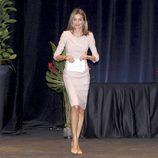 La princesa Letizia con un vestido rosa palo en los premios 'V'de Vida