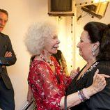 Alfonso Díez y Cayetana de Alba saludan a Montserrat Caballé en Sevilla