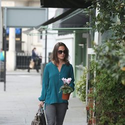 Pippa Middleton se pasea por Londres con una maceta