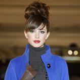 Noelia López desfila con un abrigo azul de la nueva colección de la firma Tot-Hom